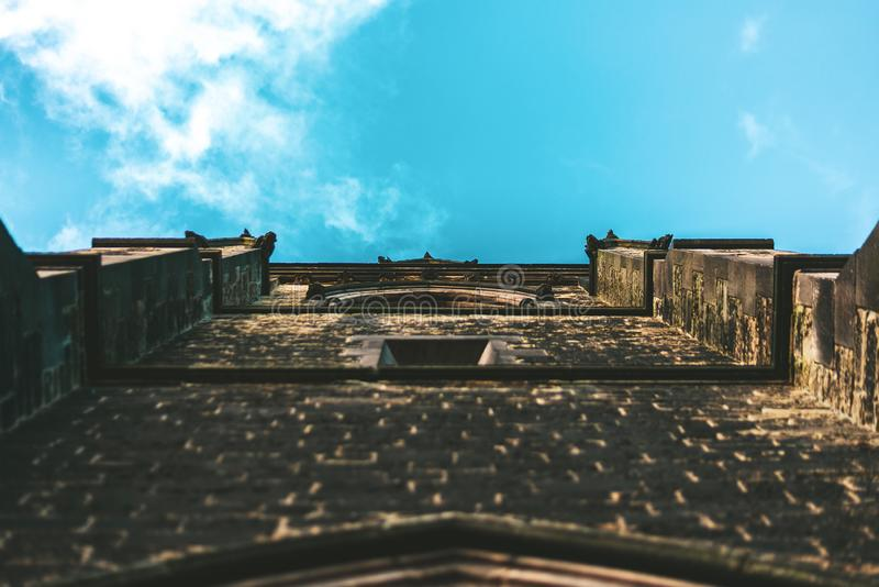 Un tir d'un mur d'église regardant le ciel photo libre de droits