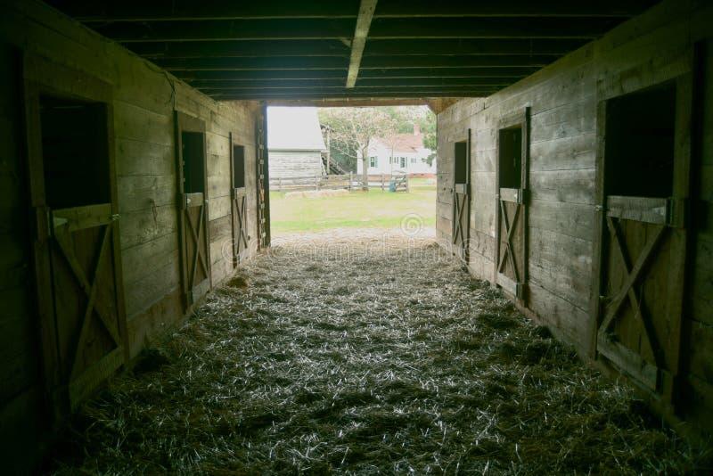 Un tir de l'intérieur d'une vieille grange regardant  image stock
