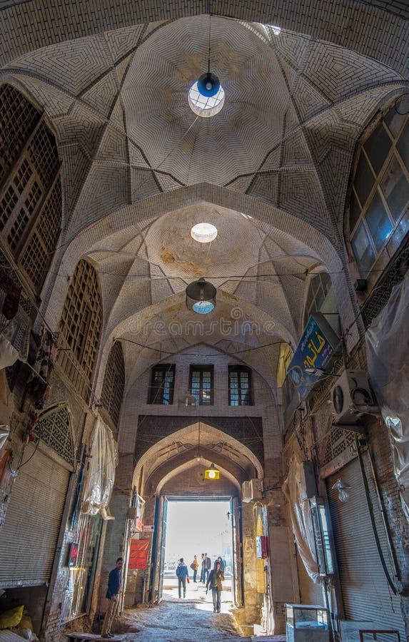 Un tir intérieur de perspective d'un bazar donnant sur la place de Naqsh-e Jahan à Isphahan, Iran qui était sous la rénovation al photo stock