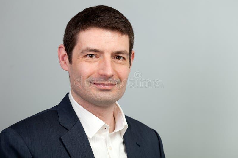 Homme d'affaires de sourire de tenue professionnelle décontractée photographie stock