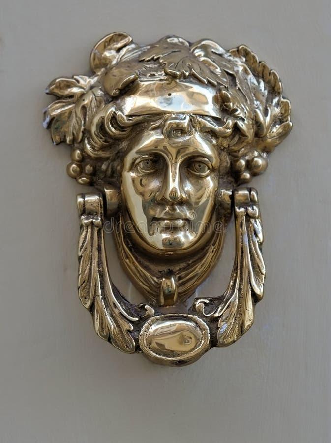 Un tirador de puerta de bronce decorativo, Malta fotografía de archivo
