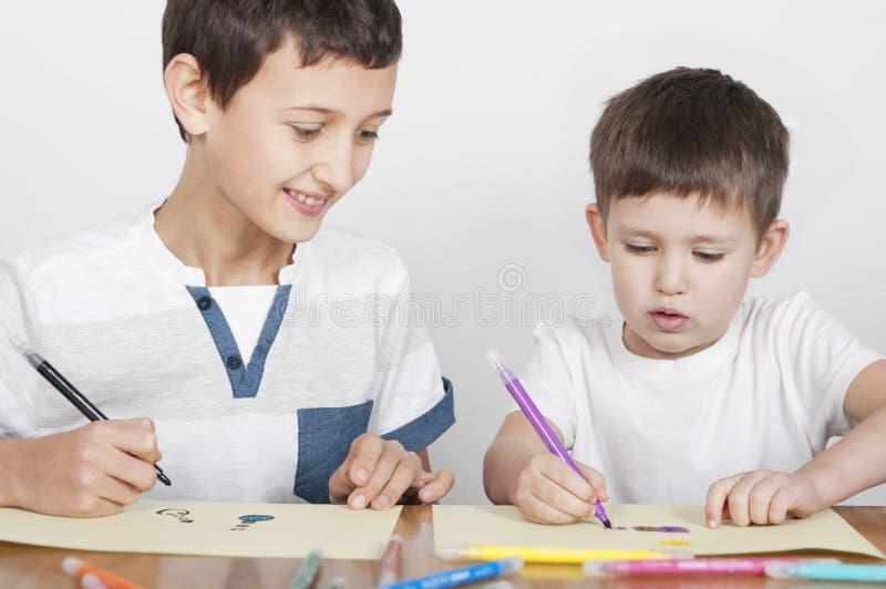 Un tiraggio di due fratelli con i pennarelli immagine stock