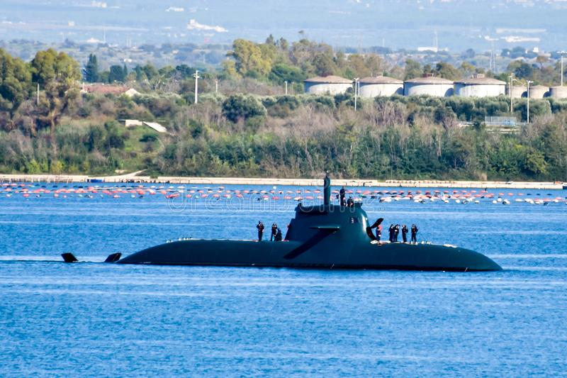 Un tiro asombroso de un submarino que emerge a la superficie foto de archivo libre de regalías