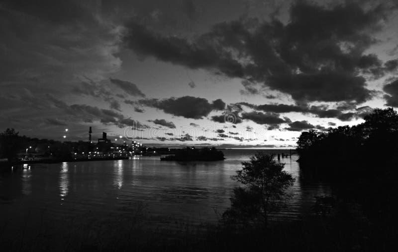 Un tiro blanco y negro de Cleveland céntrica del lago Erie en la zona este fotos de archivo libres de regalías