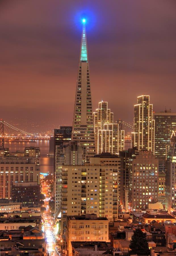 Un tiro del districto financiero en San Francisco. Los edificios se encienden para arriba para la Navidad. Bahía Bridg imagenes de archivo