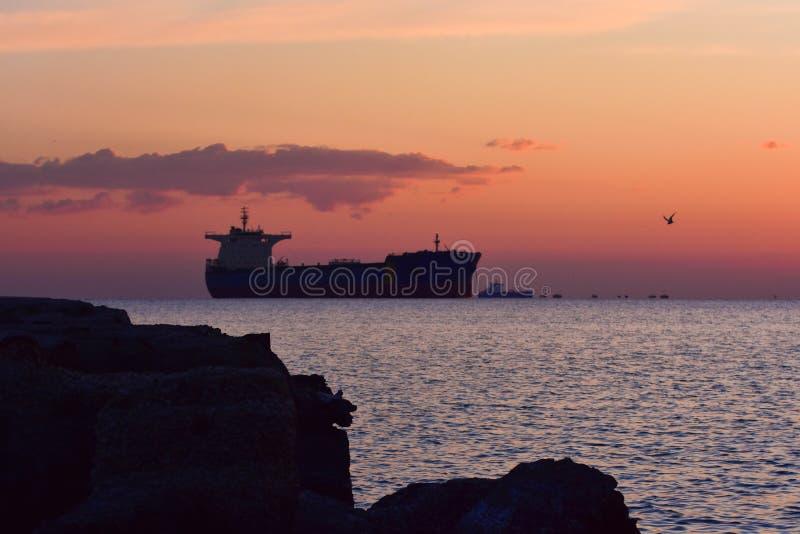 Un tiro pacífico hermoso de una puesta del sol caliente foto de archivo