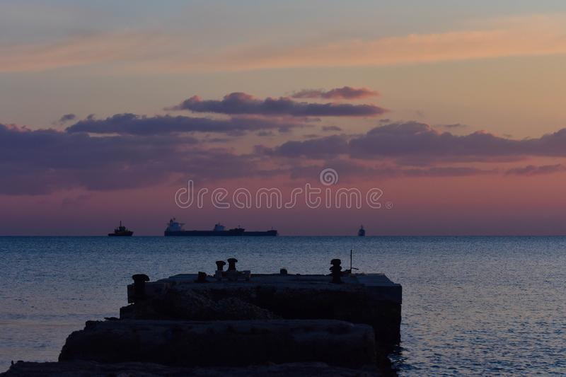 Un tiro pacífico hermoso de una puesta del sol caliente fotografía de archivo