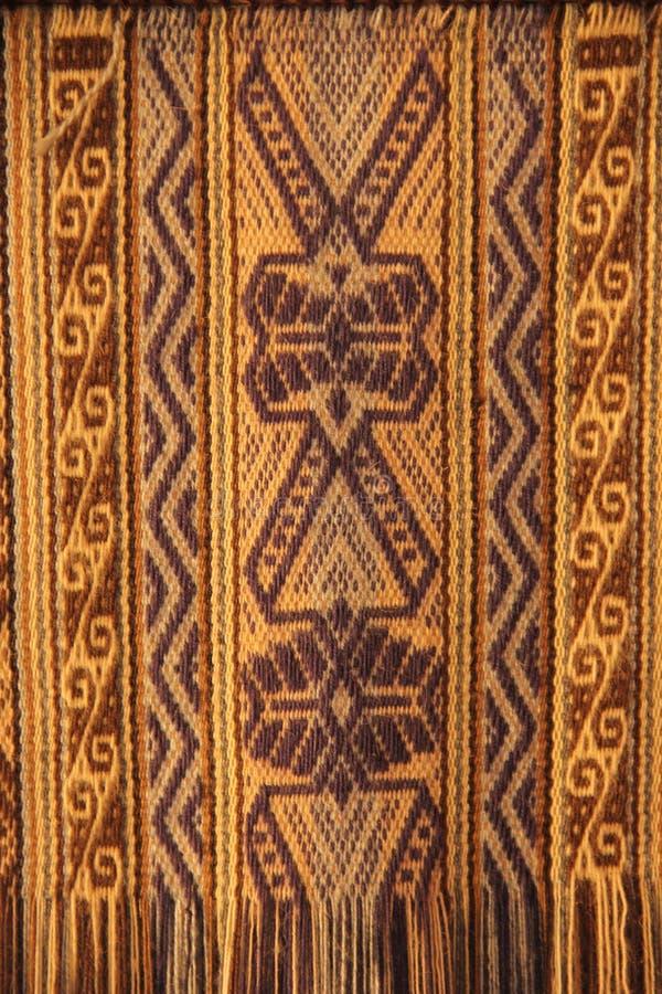 Un tissage traditionnel dans un métier à tisser image stock