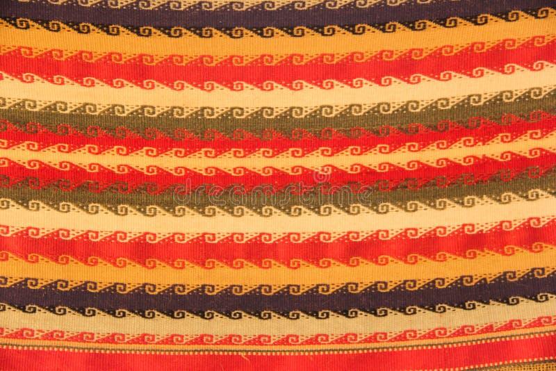Un tissage traditionnel dans un métier à tisser photos libres de droits