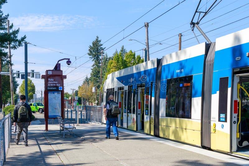 Un titre de train de rail de lumière de Trimet par une ville près de station de Ruby Junction max, Orégon photos libres de droits
