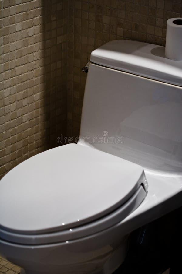 Un toilette moderno della stanza da bagno fotografia stock libera da diritti
