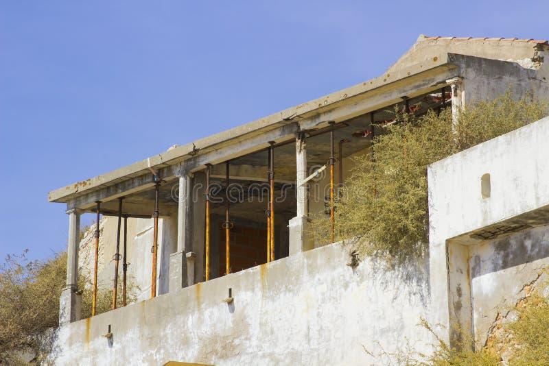 Un toit concret re-imposé sur un bâtiment de émiettage soutenu par les appui verticaux télescopiques d'acrow en vue de la restaur photo libre de droits