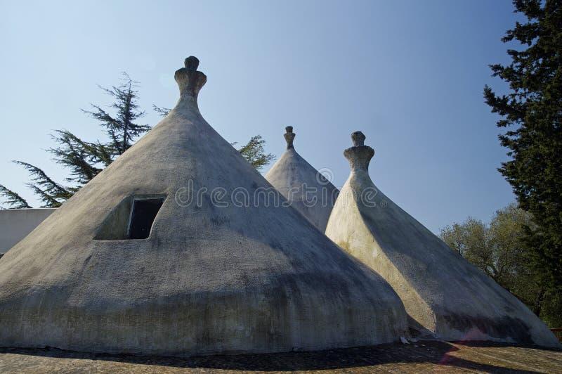 Un toit conique traditionnel du trullo photos stock