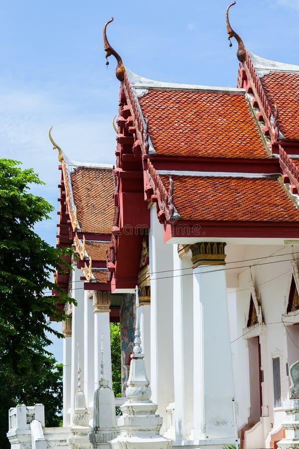 Un toit de couleur d'or de temple de Bouddha ombrage par le soleil sous le ciel bleu clair images libres de droits