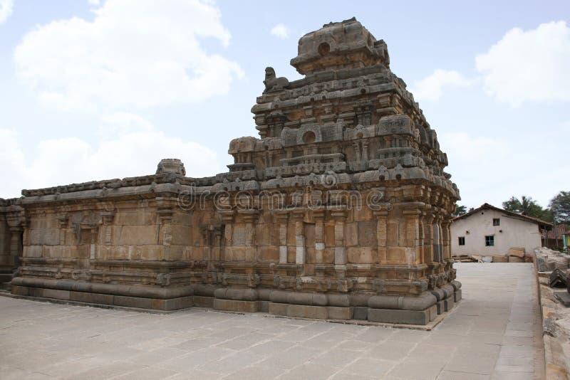 Un tombeau typique de style de Dravidian chez Panchakuta Basadi ou Panchakoota Basadi, Kambadahalli, secteur de Mandya, Karnataka image libre de droits