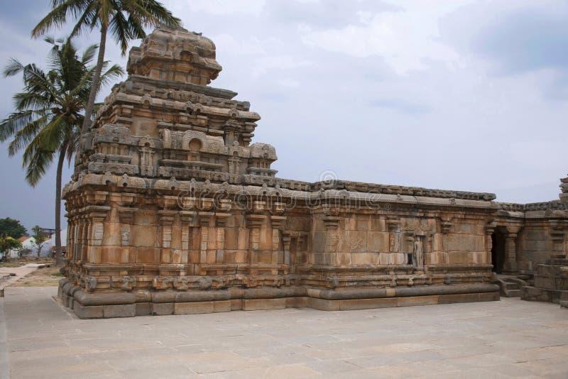 Un tombeau typique de style de Dravidian chez Panchakuta Basadi ou Panchakoota Basadi, Kambadahalli, secteur de Mandya, Karnataka photo stock