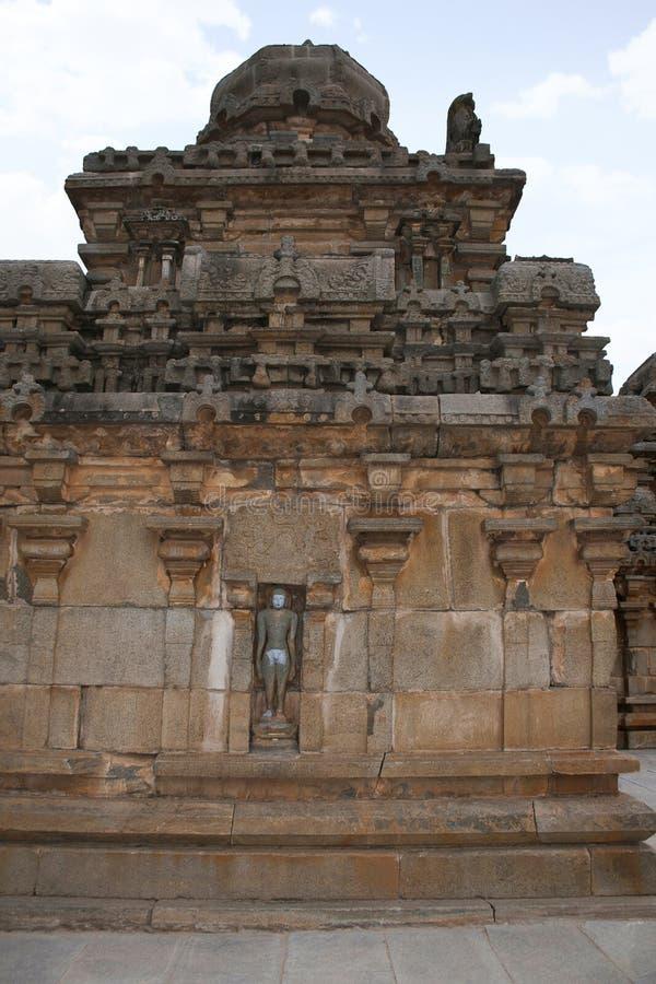 Un tombeau typique de style de Dravidian chez Panchakuta Basadi ou Panchakoota Basadi, Kambadahalli, secteur de Mandya, Karnataka photographie stock libre de droits