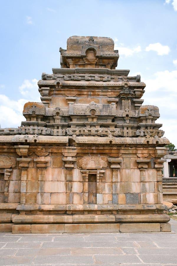 Un tombeau typique de style de Dravidian chez Panchakuta Basadi ou Panchakoota Basadi, Kambadahalli, secteur de Mandya, Karnataka photographie stock
