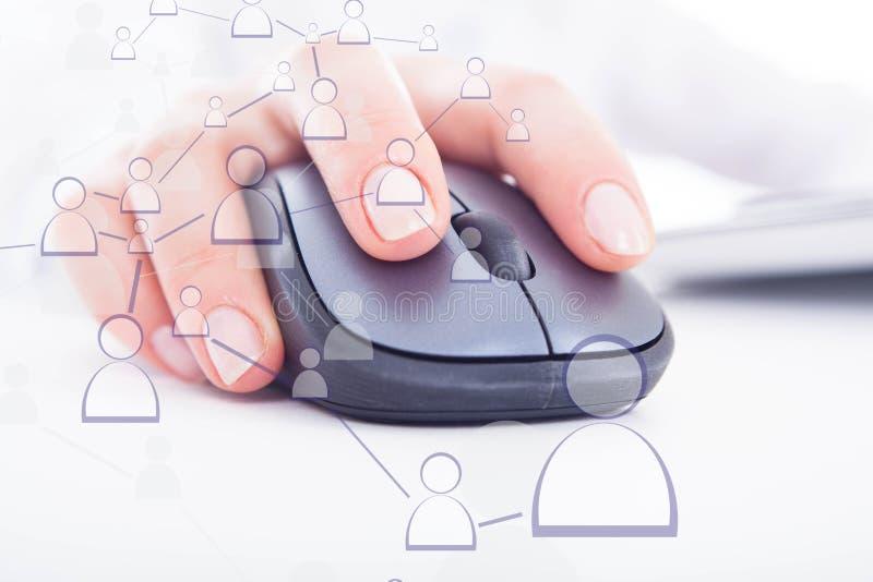 Un topo del computer con una mano fotografia stock libera da diritti