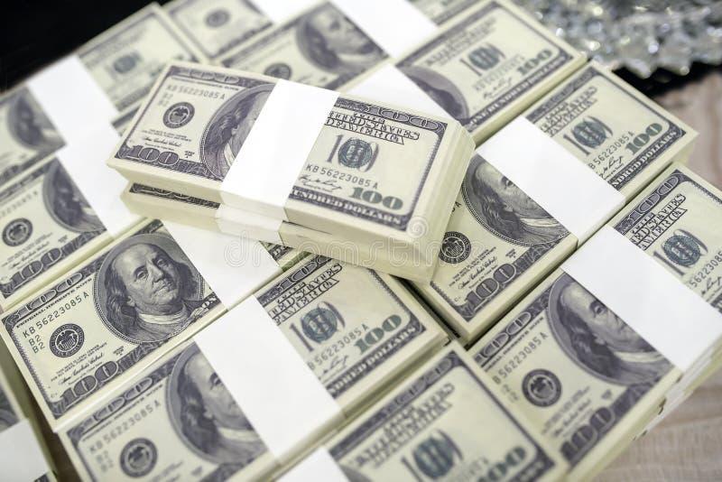 Un total de centenares de d?lares La apuesta es una apuesta para los inversores El concepto de juego Los hombres de negocios est? fotos de archivo