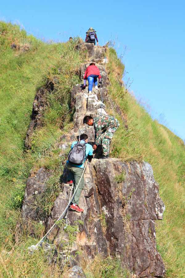 Un tourisme non identifié escaladant la montagne de KhaoChangPouk photographie stock