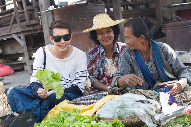 Un touriste et les personnes locales photo stock
