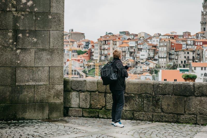 Un touriste et une plate-forme d'observation prend des photos d'un beau paysage de ville à Porto au Portugal photos libres de droits