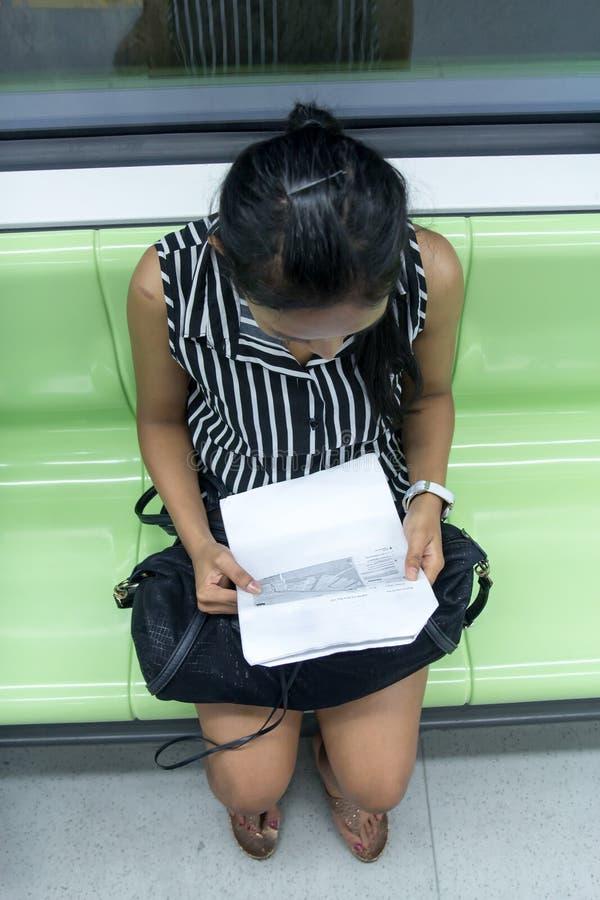 Un touriste regarde les cartes dans le souterrain images stock