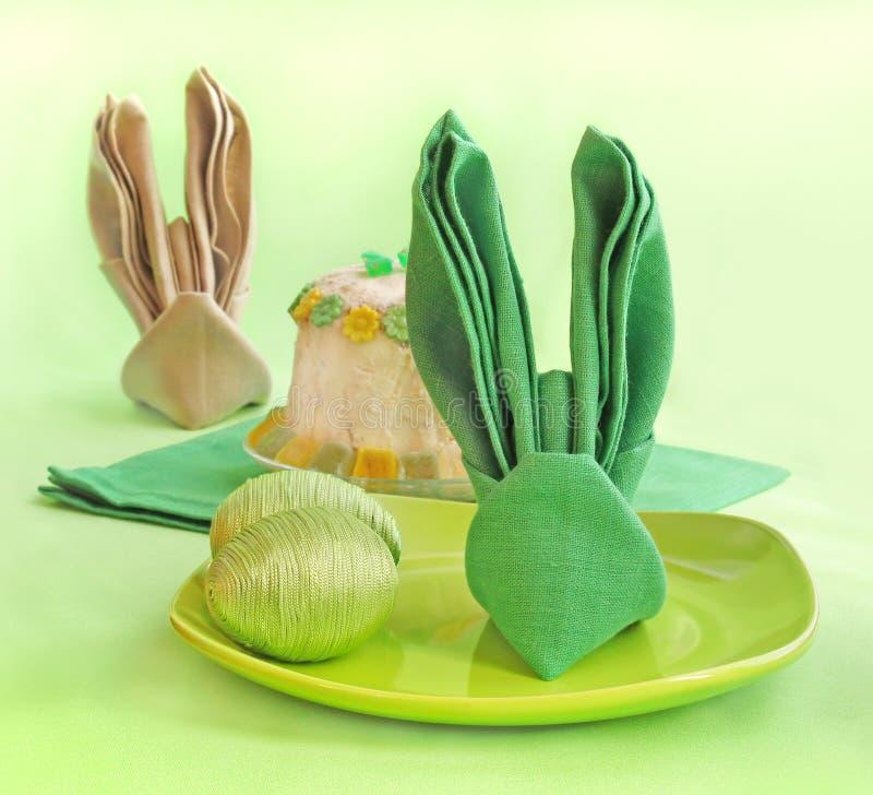 Un Tovagliolo è Sviluppato Nel Coniglio Di Pasqua Del Modulo Immagini Stock