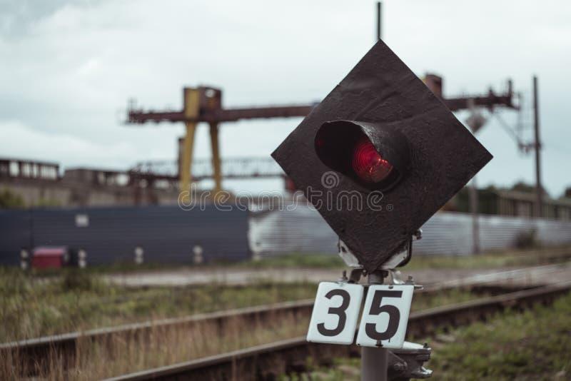Un tráfico rojo del tren de la parada fotografía de archivo