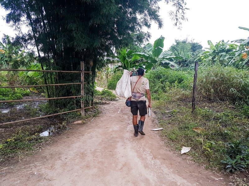 Un trabajador lleva un bolso fotos de archivo