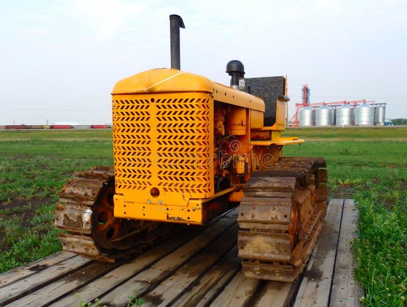 Un tracteur démodé sur l'affichage en Saskatchewan images stock