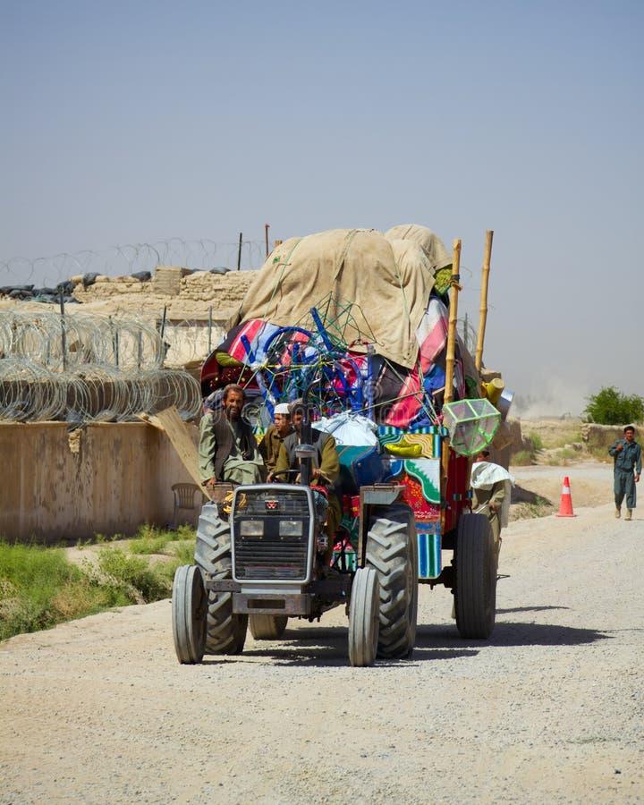 Un tracteur surchargé dans Kandahar Afghanistan photos stock