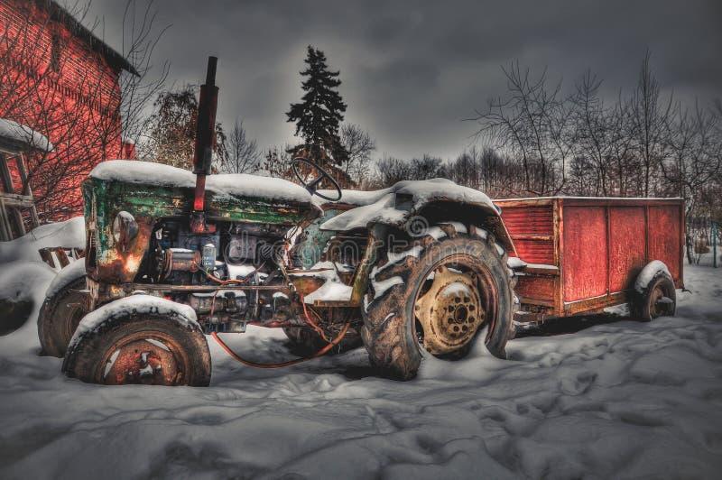 Un tractor viejo en una granja abandonada fotos de archivo