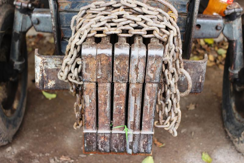 Un tractor viejo y sucio se abandona que foto de archivo