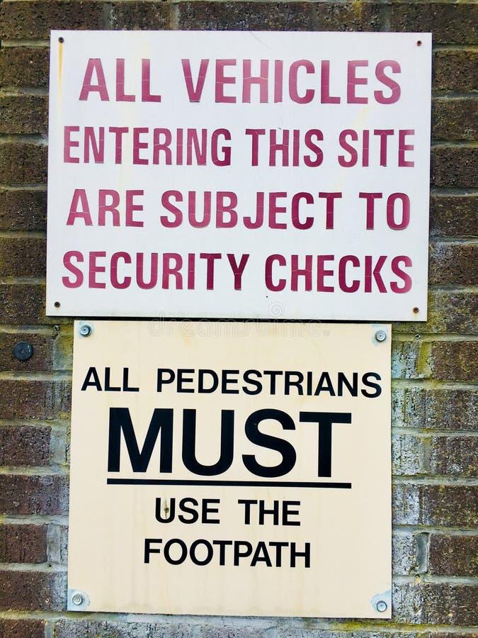 Un traffico stradale delle coppie e un avvertimento o una cautela del pedone fotografie stock