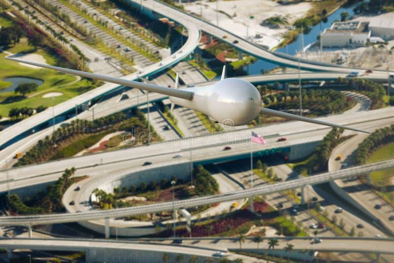 Un trafic surveilling de bourdon au-dessus de l'autoroute photos libres de droits