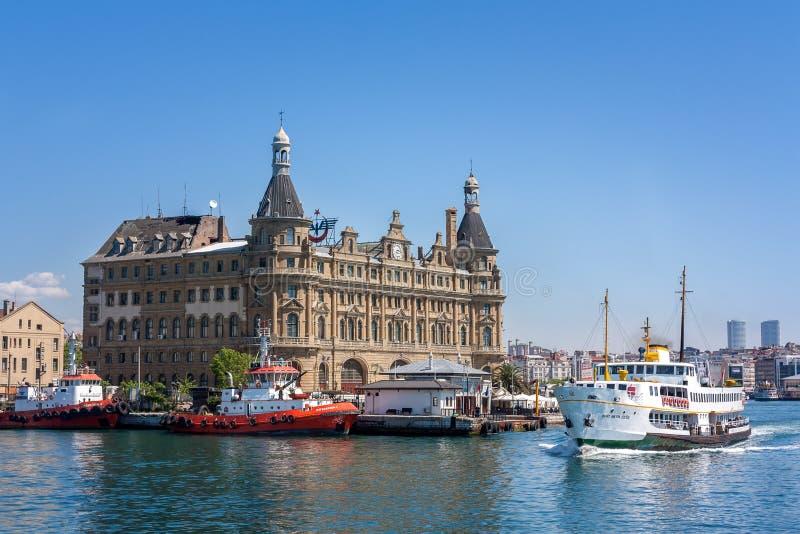 Un traghetto al terminale di Costantinopoli HaydarpaÅŸa, Turchia fotografia stock libera da diritti