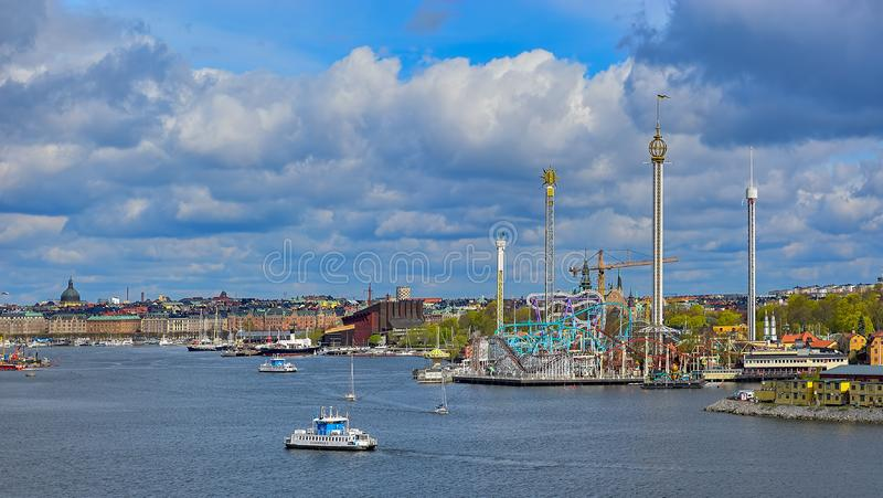 Un traghetto di SL DJURGARDEN 8, un trasporto pubblico della città di Stoccolma, i passaggi in corso davanti al parco di divertim fotografia stock libera da diritti