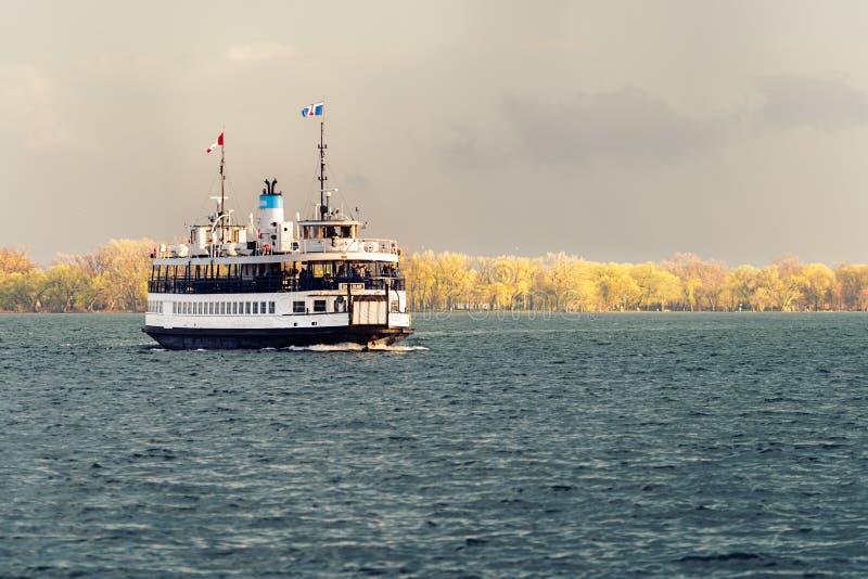 Un traghetto naviga attraverso il porto di Toronto dopo una tempesta immagine stock