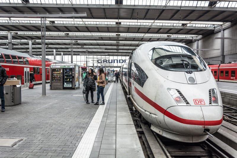 Un train de balle interurbain de GLACE de Deutsche Bahn image stock