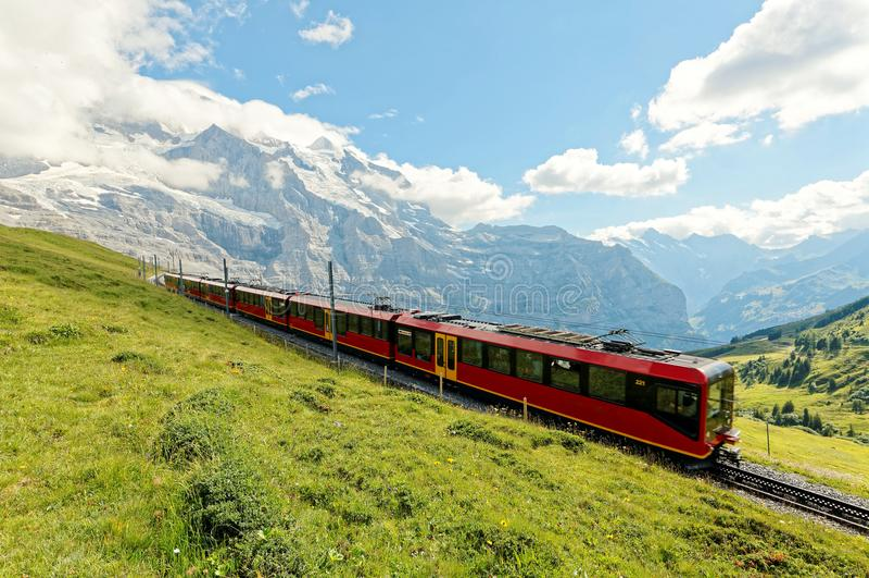 Un train de roue de dent voyage sur le chemin de fer célèbre de Jungfrau de Kleine Scheidegg à la station de Jungfraujoch images libres de droits