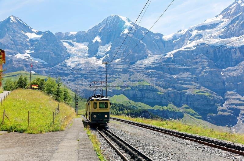 Un train de roue de dent voyageant sur le chemin de fer de montagne de Wengen à la station de Kleine Scheidegg photographie stock