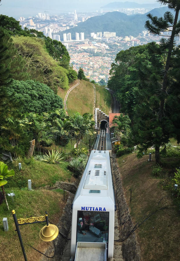 Un train fonctionnant sur la voie à la colline de Penang en Malaisie images stock