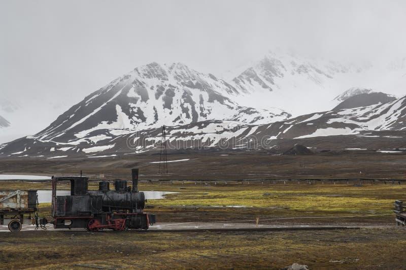 Un train industriel abandonné dans Ny Alesund images stock