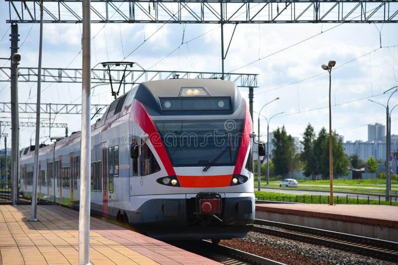 Un train rapide arrive à la gare image libre de droits