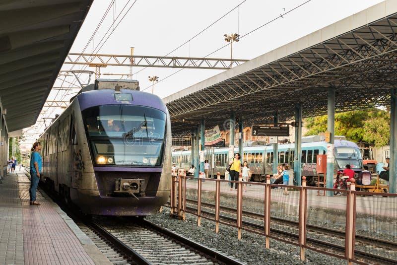 Un train suburbain s'est garé à la plate-forme de Larissa Train Station photographie stock libre de droits