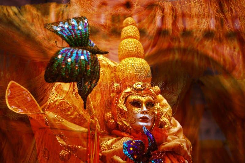 un traje de oro hermoso es una máscara inquietante imagen de archivo
