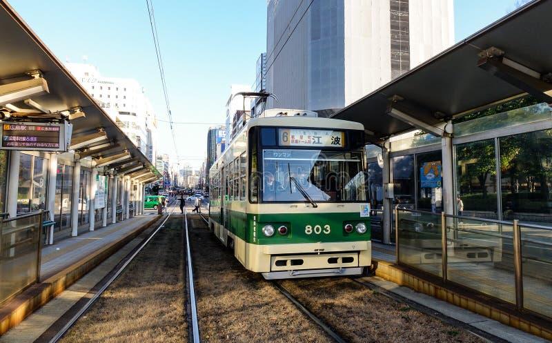Un tram che si ferma alla stazione a Hiroshima, Giappone immagini stock libere da diritti