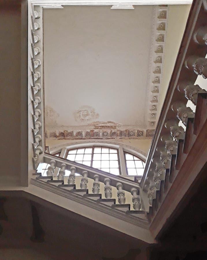 Un tramo de escalones ancho de la casa vieja Barandilla de mármol Visión inferior imágenes de archivo libres de regalías